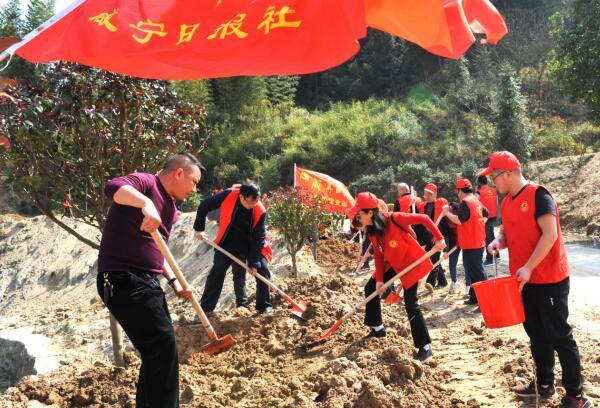 咸宁日报传媒集团机关党支部高桥村义务植树