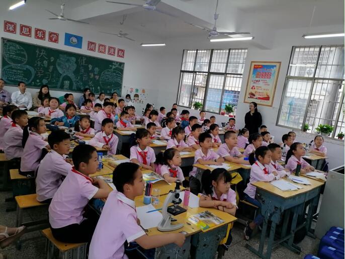 【市教育局】赴咸安区第十一小学开展送教、赠书活动